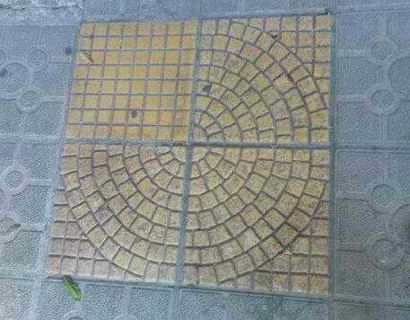 Azulejo formado por quatro quadrados formando uma figura redonda, mas um azulejo está fora de lugar e deixa o círculo incompleto