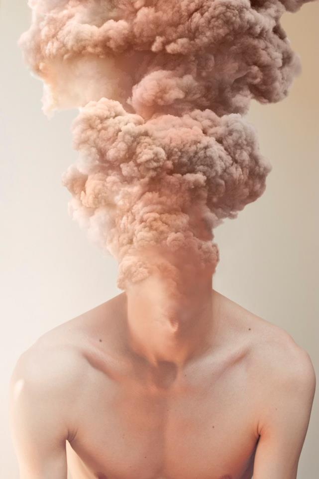 Retrato de um homem sem camisa cuja cabeça se transforma em uma coluna de fumaça da cor de sua pele