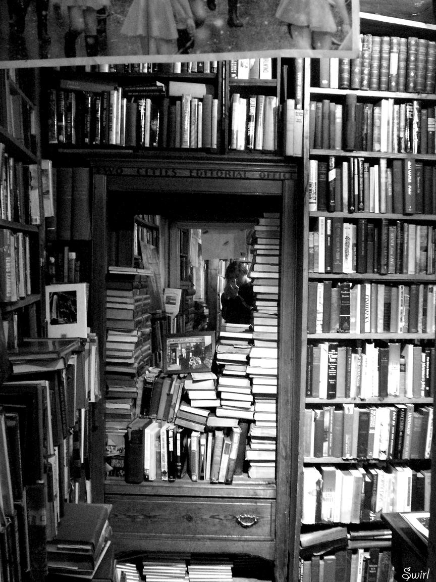 Foto de uma livraria entulhada de livros
