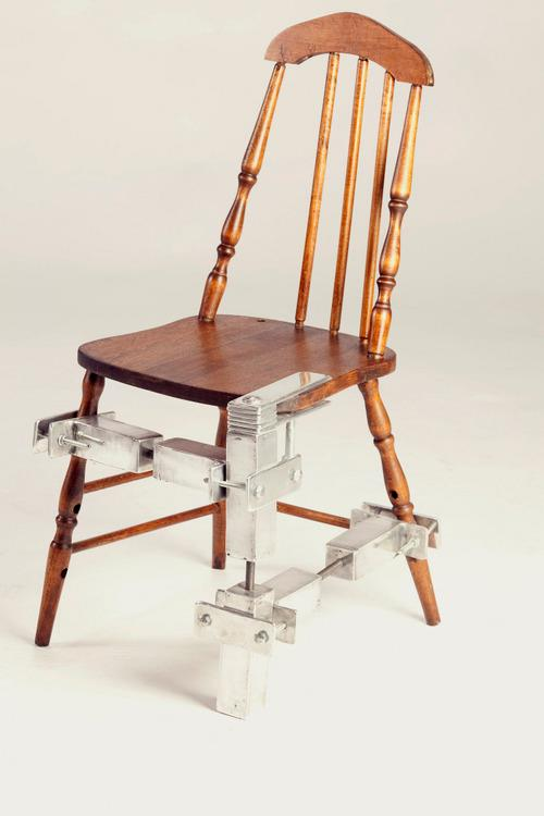 Cadeira de madeira reformada com peças de metal