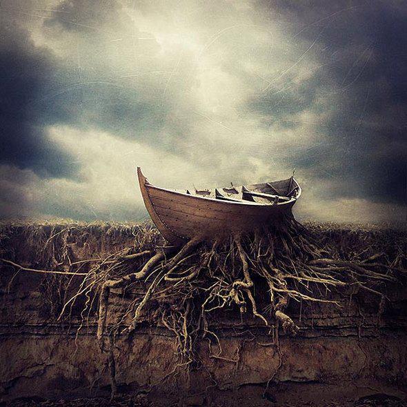 Barco vazio em terra com raízes de árvores