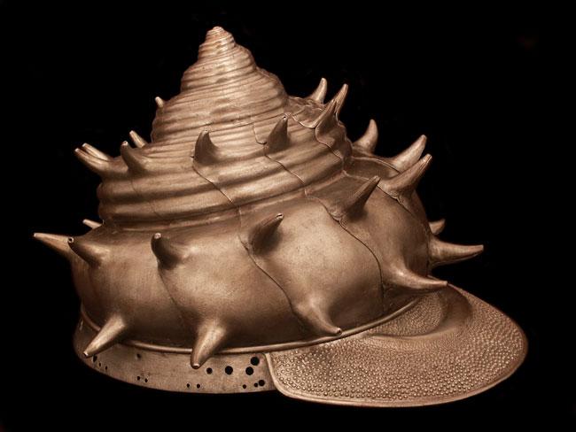 Capacete medieval em forma de concha do mar