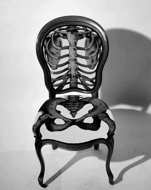 Cadeira com encosto e assento lembrando uma costela humana