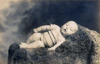 Foto antiga de bebe morto, como se estivesse dormindo