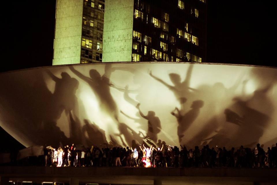 Populacao invadindo o Congresso com as sombras das pessoas na cupula