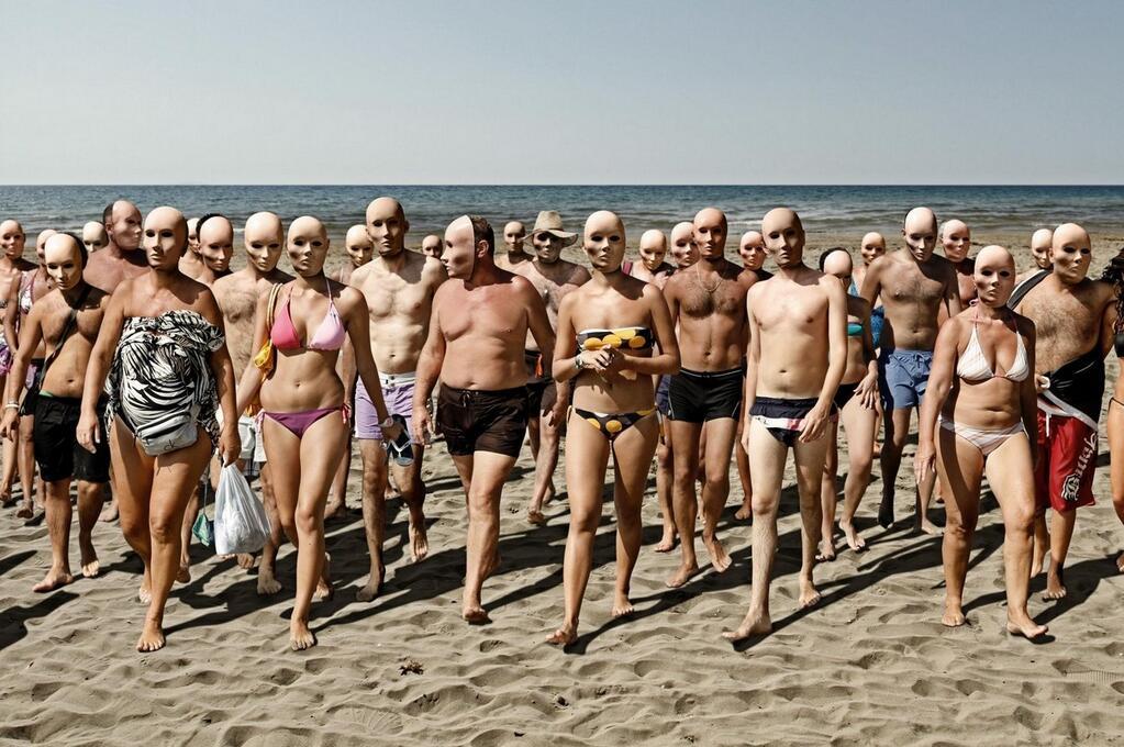 Pessoas saindo do mar em roupa de banho e usando mascaras esqusiitas
